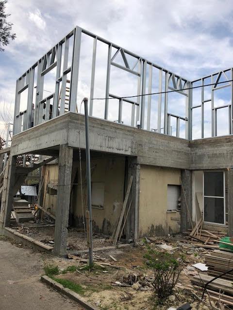 תוספת מבניה קלה על גג קיים